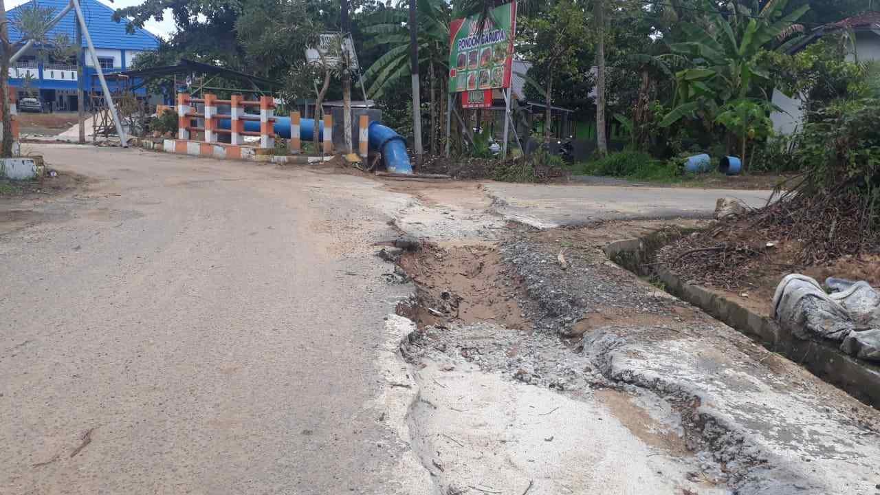 Walikota Keluhkan Aspal Baru Rusak Bekas Galian Pemasangan Pipa Air 8