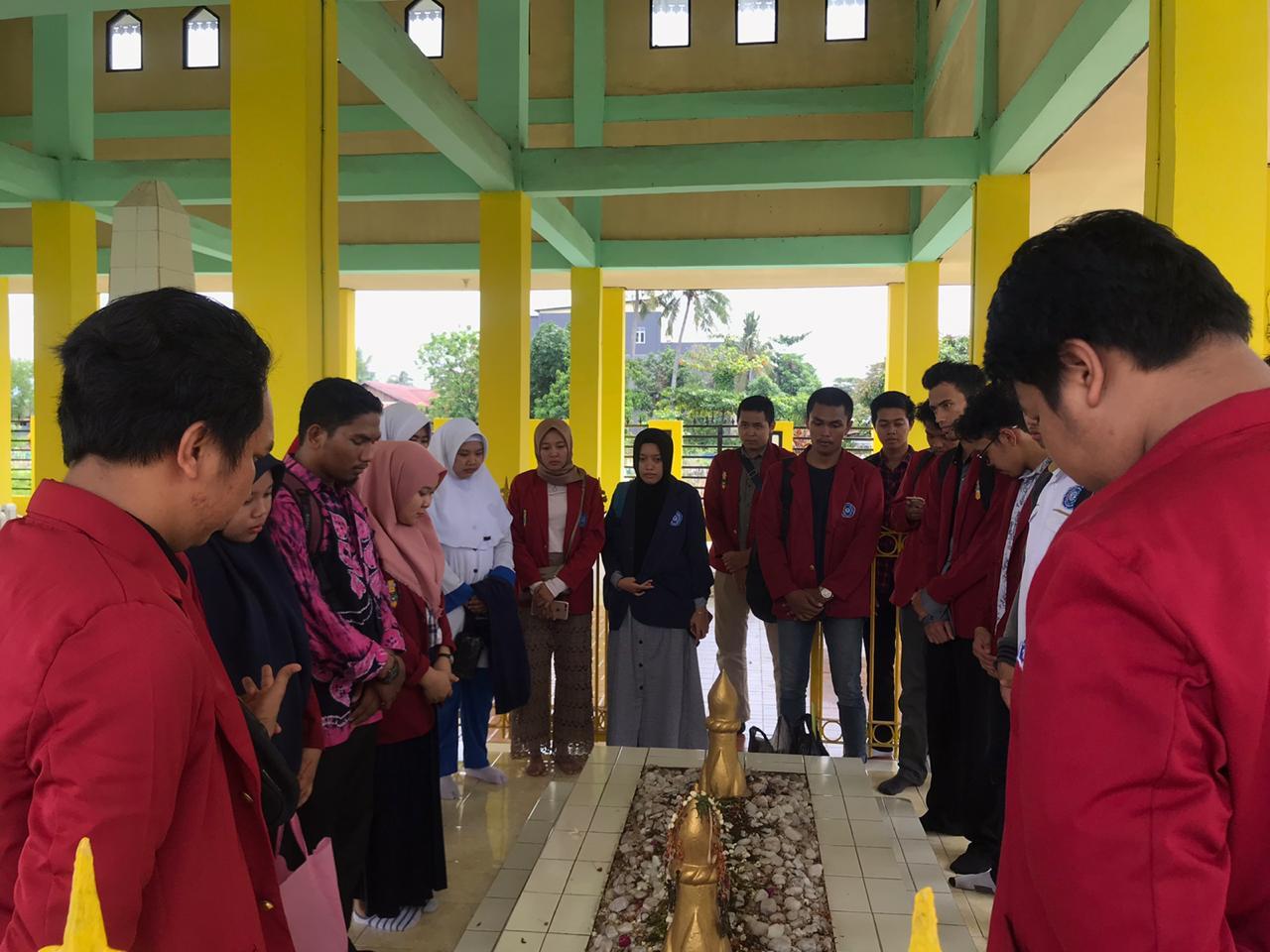 Perkuat Nilai Kebangsaan Anak Muda, BEM UM BJM Tabur Bunga Di Makam Pangeran Antasari 3