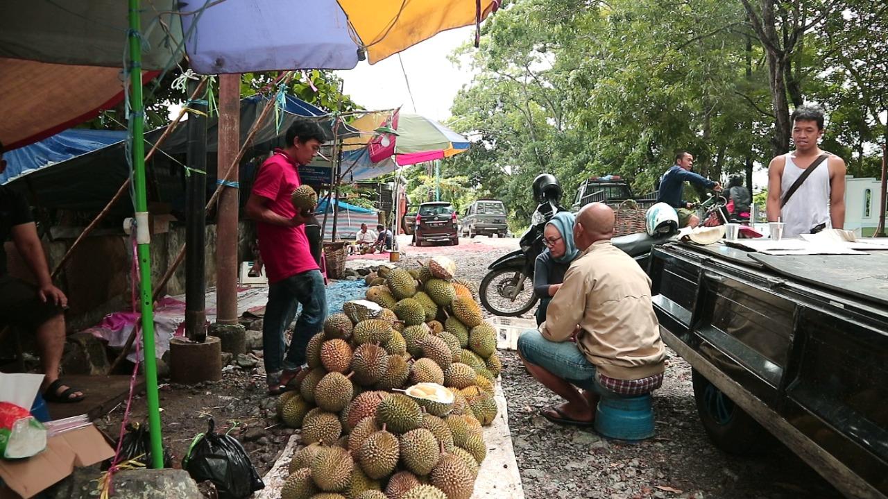 Pasar Durian Dadakan Ini Tidak Pernah Sepi Pengunjung 33