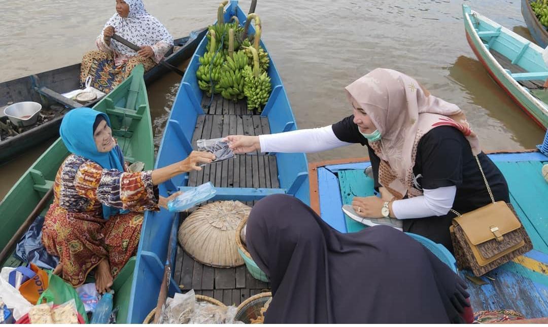 Cegah Penularan Covid-19, Disbudpar Banjar Bagikan Masker Di Pasar Terapung 24