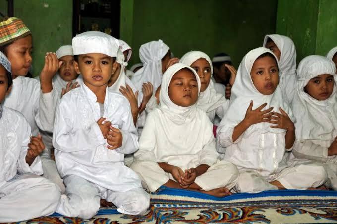 Siapakah Yang Wajib Menafkahi Anak Yatim? Ibunya atau Keluarga Ayahnya? 7