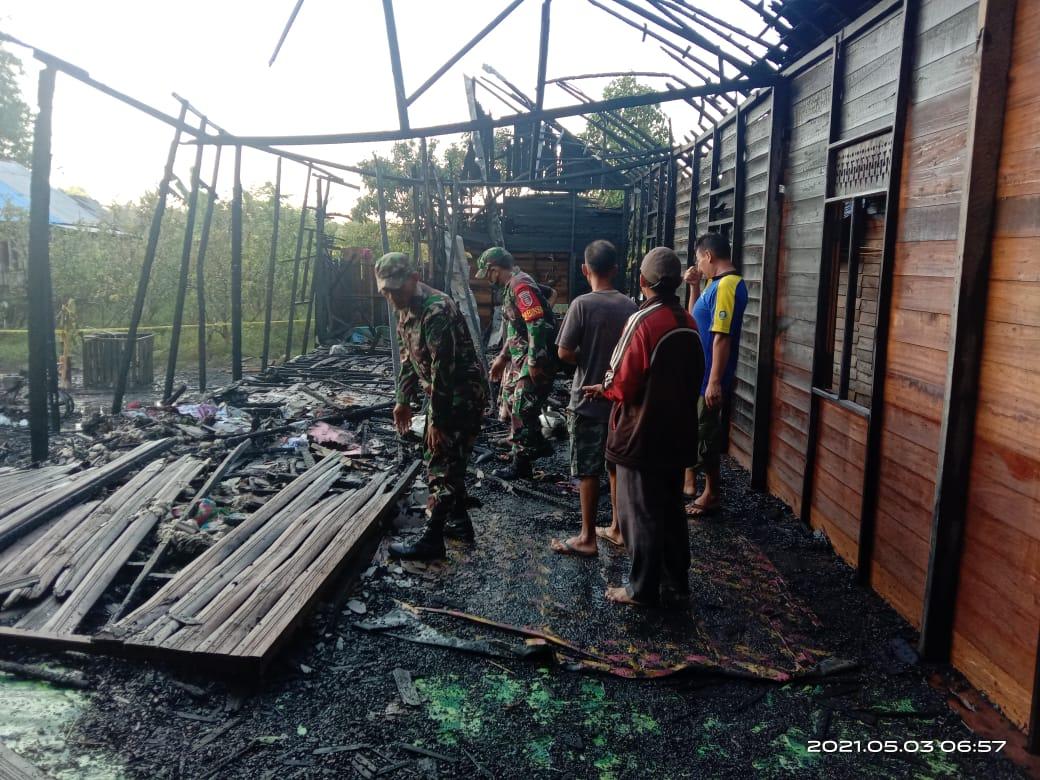 Anggota TNI pun turut serta membantu korban kebakaran baik saat terjadi kebakaran maupun saat pasca kebakaran